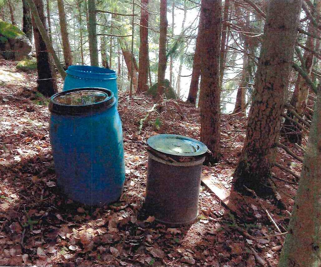 Persson och Steen hävdar att stugans tomt förfular omgivningen.