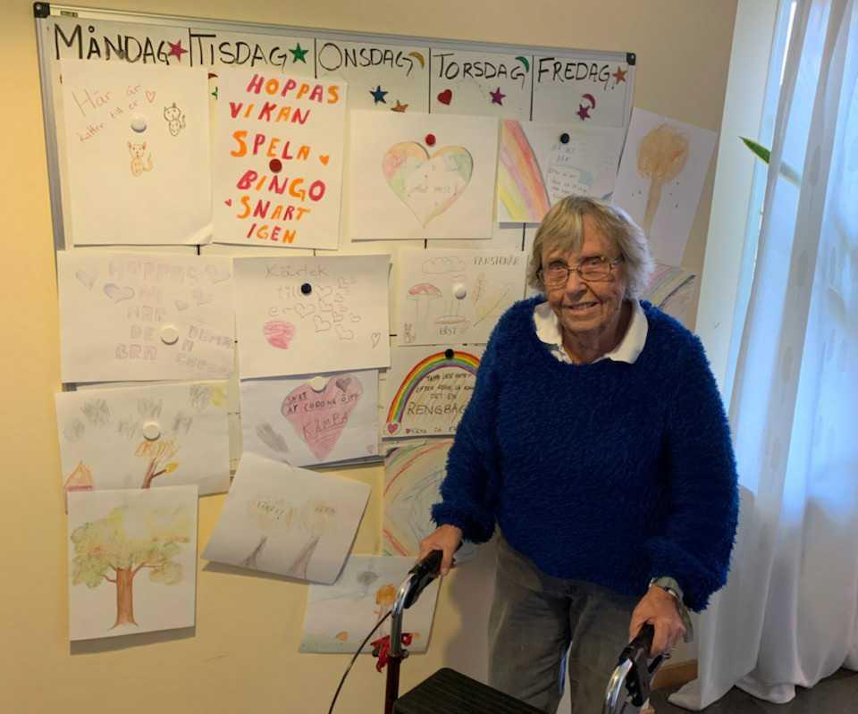 Ulla-Britt Ljungström, 90, beundrar teckningarna.