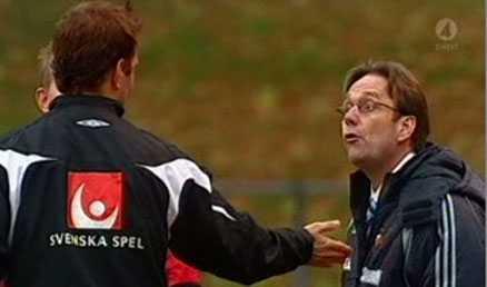 Djurgårdens tränare Benny Persson hade ett och annat att säga till fjärdedomaren Fredric Nilsson.