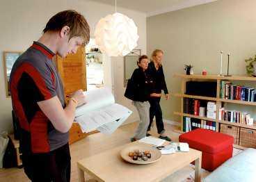 """HET I RÄNTERASET Majorna blir ett allt hetare bostadsområde i Göteborg. Priserna har stigit markant på bara ett år. Kjellstadsgatan 1A väntas gå för över 900 000 kronor. """"Jag får se, jag kanske köper den. Jag har ärvt pengar och 3 000 kronor i månaden med lån är inga problem för mig"""", säger Johan Persson, 23."""