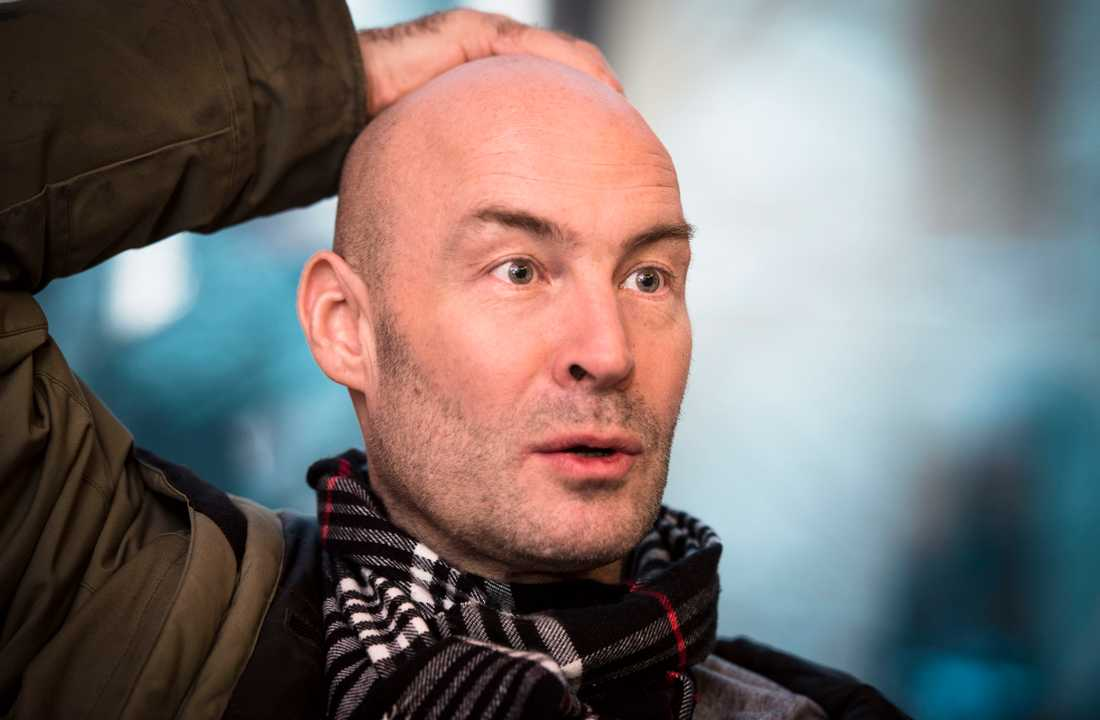 Skådespelaren Torkel Petersson blev omhändertagen av polis efter att han uppträt hotfullt på ett tåg.