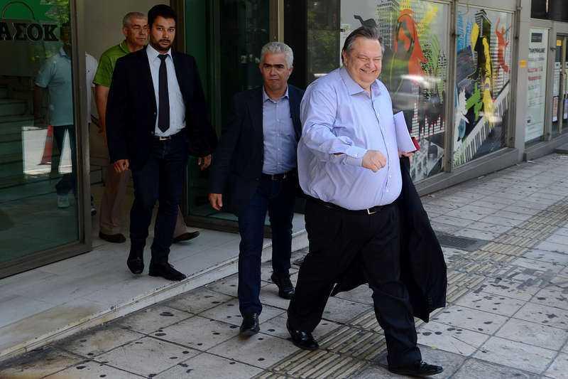 PRESS Pasoks ledare Evangelos Venizelos lämnar det nya partihögkvarteret. Nyligen hade partianställda samlats utanför huset och protesterade – dålig reklam för ett parti som vill vinna val.