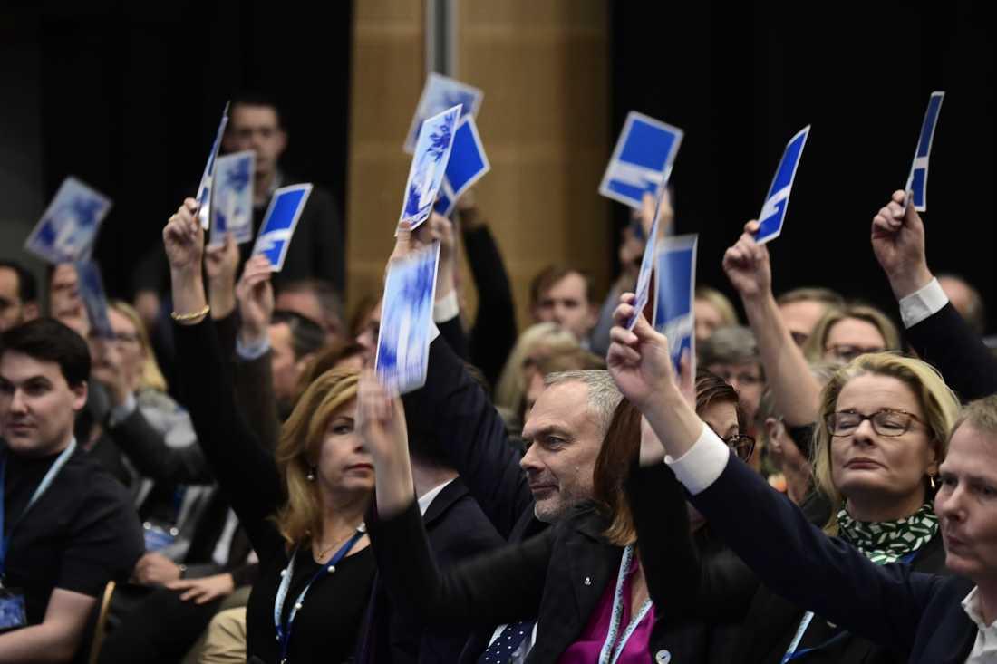 Björklund håller upp sitt röstkort.