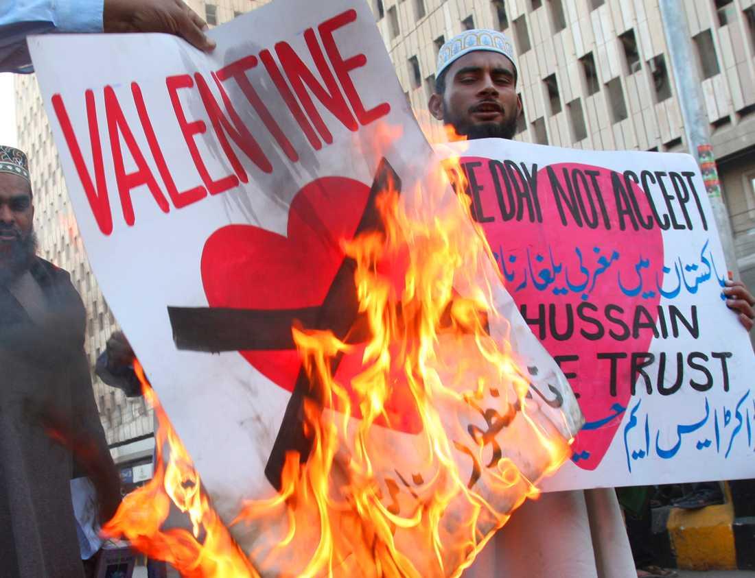 Aktivister från partiet JUP vid en protest mot alla hjärtans dag i Karachi i Pakistan 2008. Arkivbild.