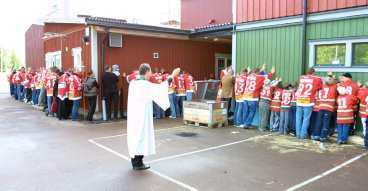 VÄLSIGNADE Den hockeyintresserade kyrkoherden i Mora församling, Gunnar Kärrbom, välsignadehemmaarenan.