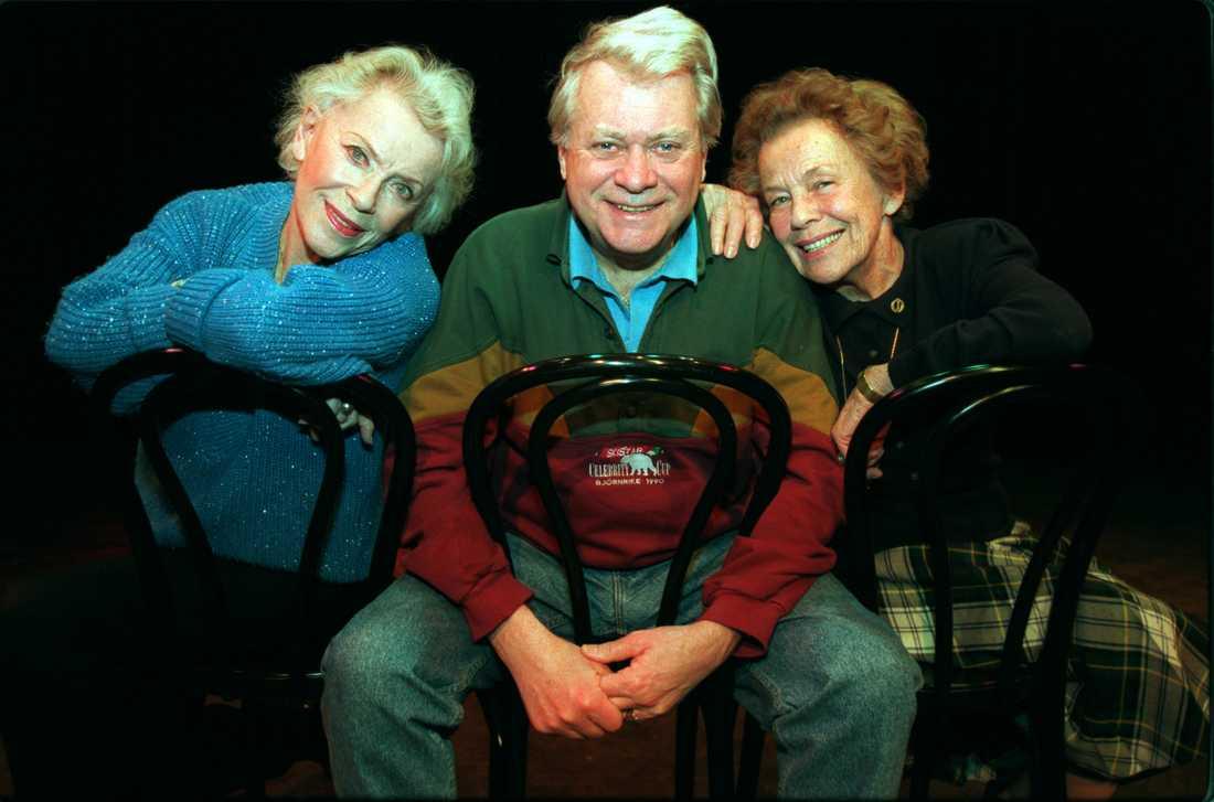 """1995 Sickan Andersson till höger, här tillsammans med sina kollegor Annalisa Ericson och Lars """"Lasse"""" Lönndahl."""