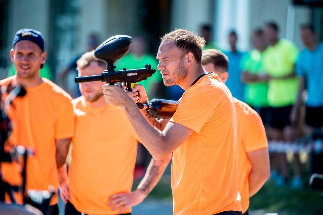 Andreas Granqvist provar hade lite strul med paintball-geväret.