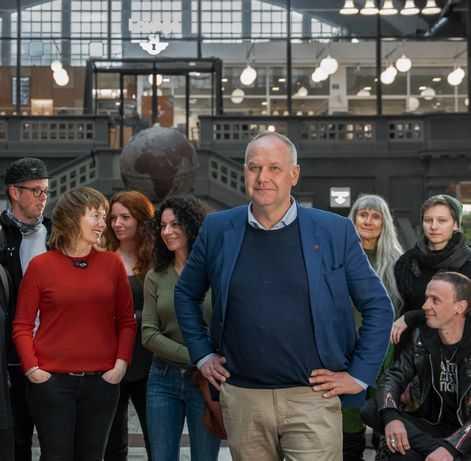Kritik mot EU-bilden. På bilden, där både partiledaren Jonas Sjöstedt och toppkandidaten Malin Björk är med, syns en person i en Afa-tröja.