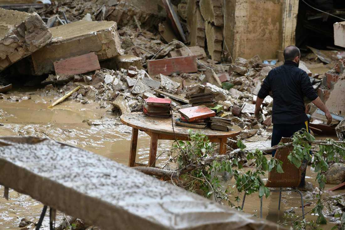 En man räddar föremål från sitt hem i Livorno.