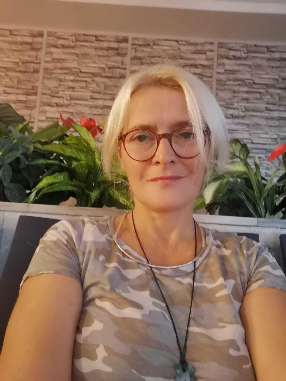 Svensk-armeniern Luiza Consta Sargsyan är på plats i Armenien och hjälper krigets flyktingar.