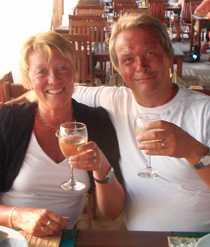 Marie Berglund och hennes make Per-Arne skålar i kallt vitt vin på favorithotellet Tropic i Side.