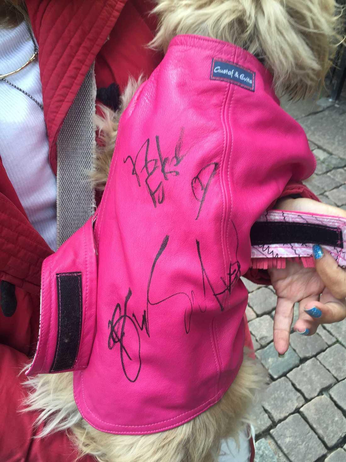 Bossen skrev på hunden Elsas jacka