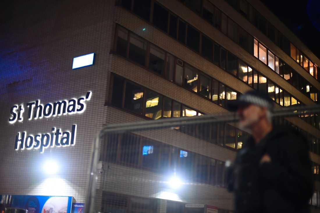 En polis utanför St Thomas' Hospital i London, där premiärminister Boris Johnson vårdas.