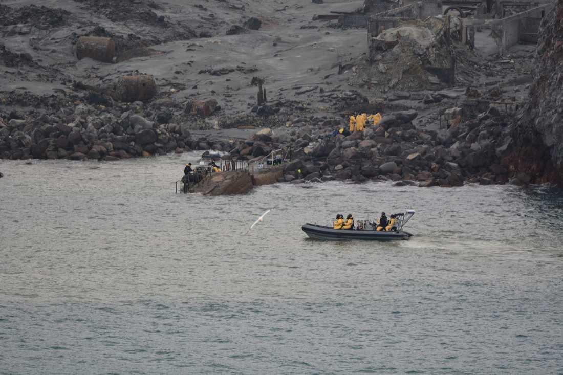 Båtar fanns beredda i närheten av ön i fall vulkanen skulle få ett nytt utbrott.