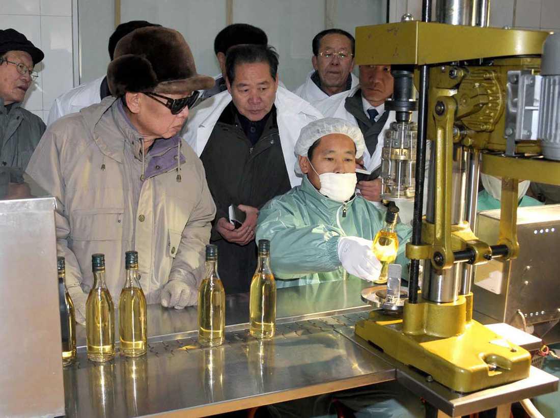 KIM TITTAR PÅ SPRIT Ledaren är världens störste privatimportör av fransk cognac. Men den koreanska spriten är lika bra – minst.