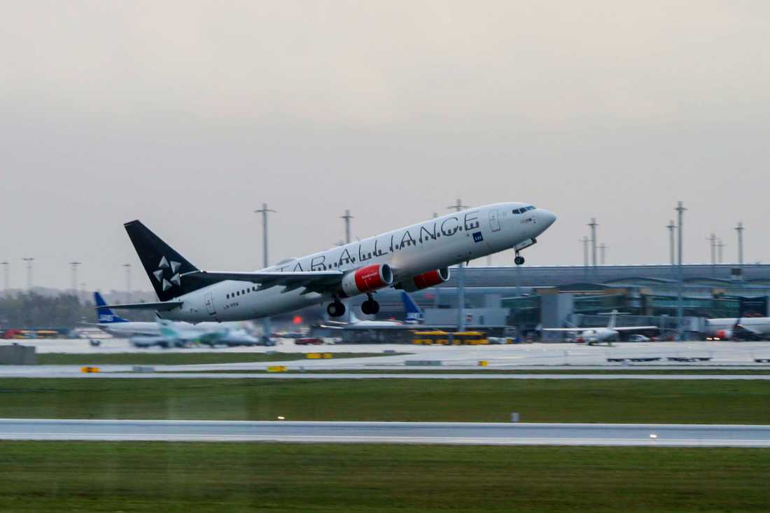 Flygbolaget SAS kontrollerar bolagets plan av modell Boeing 737 NG-fly för sprickbildningar. Planet på bilden är en Boeing 737-883 som lyfter från Oslos flygplats, Gardermoen. Arkivbild.