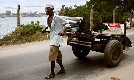 Fattigdom Afrika har svårt att resa sig ur fattigdomen trots 8 000 miljarder i bistånd de senaste 40 åren. Varför? Svaren är många. Kanske lika många som antalet biståndsexperter. Aftonbladets Wolfgang Hansson och Lotte Fernvall söker svar på resa i Tanzania.