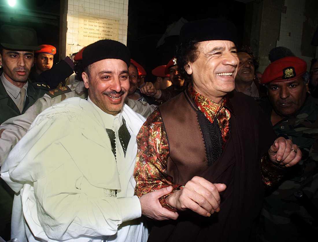 I årtionden stödde Gaddafi gerillor och motståndsrörelser i flera världsdelar med pengar och vapen. Hans konflikt med västvärlden ställdes på sin spets när han anklagades för att ligga bakom attentatet över skotska Lockerbie 1988. Lamen Khalifa Fhimah misstänktes för bombattentatet. Han friades dock och här syns han firande med Gadaffi 2001.