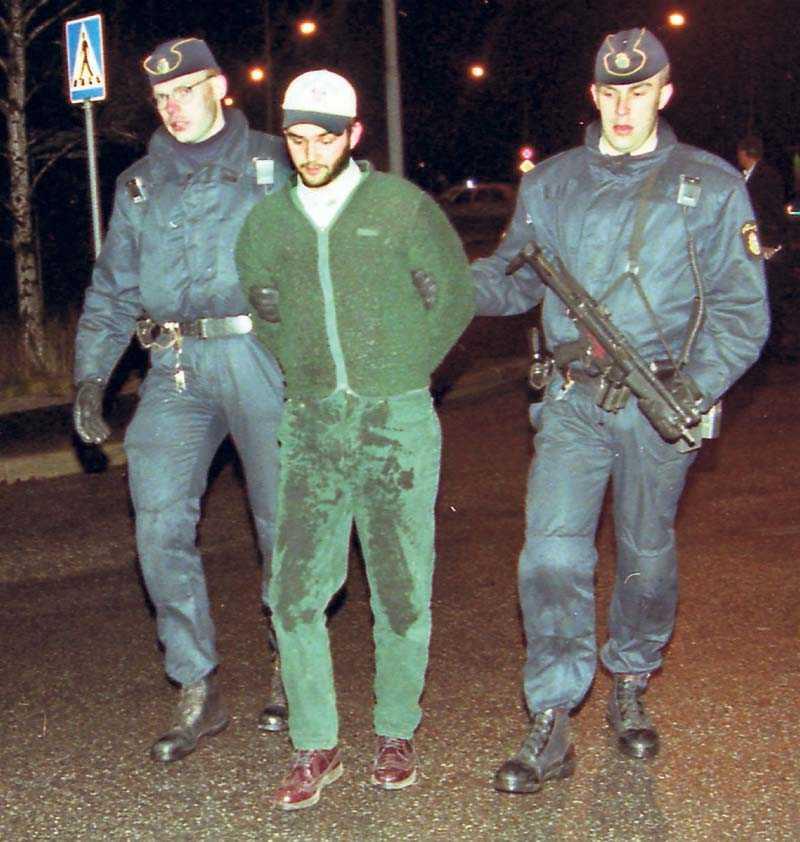 Två polismän för bort Tommy Zethraeus på Ekerö 1994.