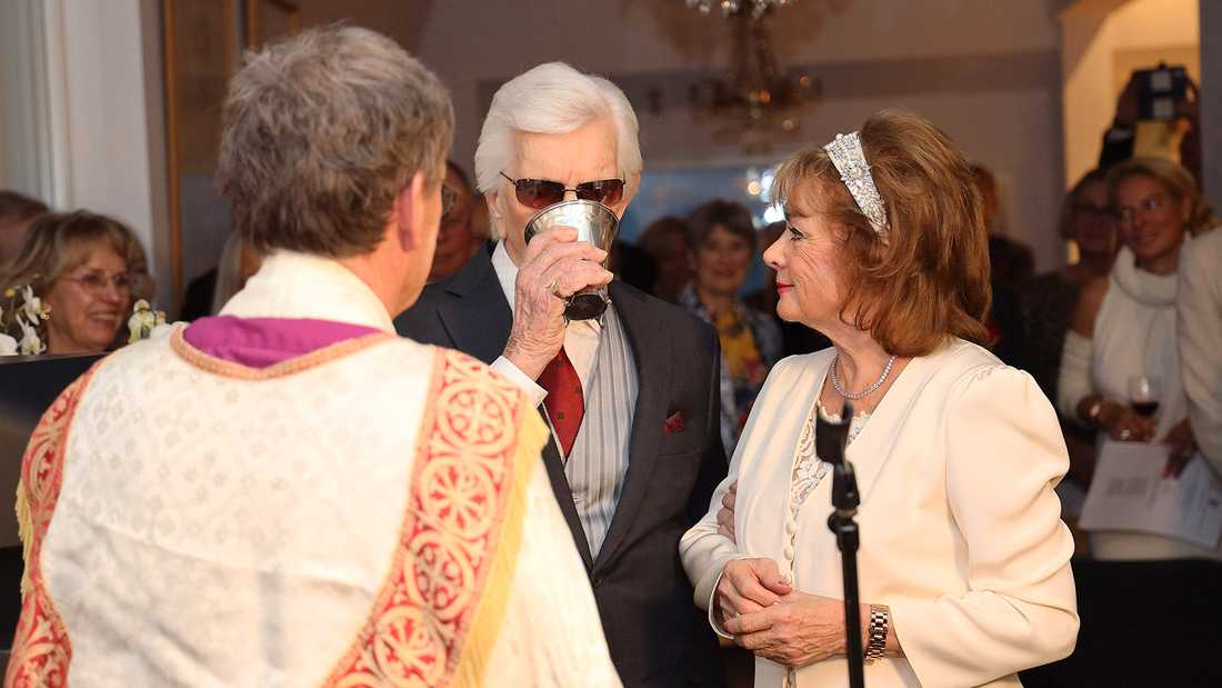 Brudparet vigdes av välkände biskopen Lennart Koskinen.