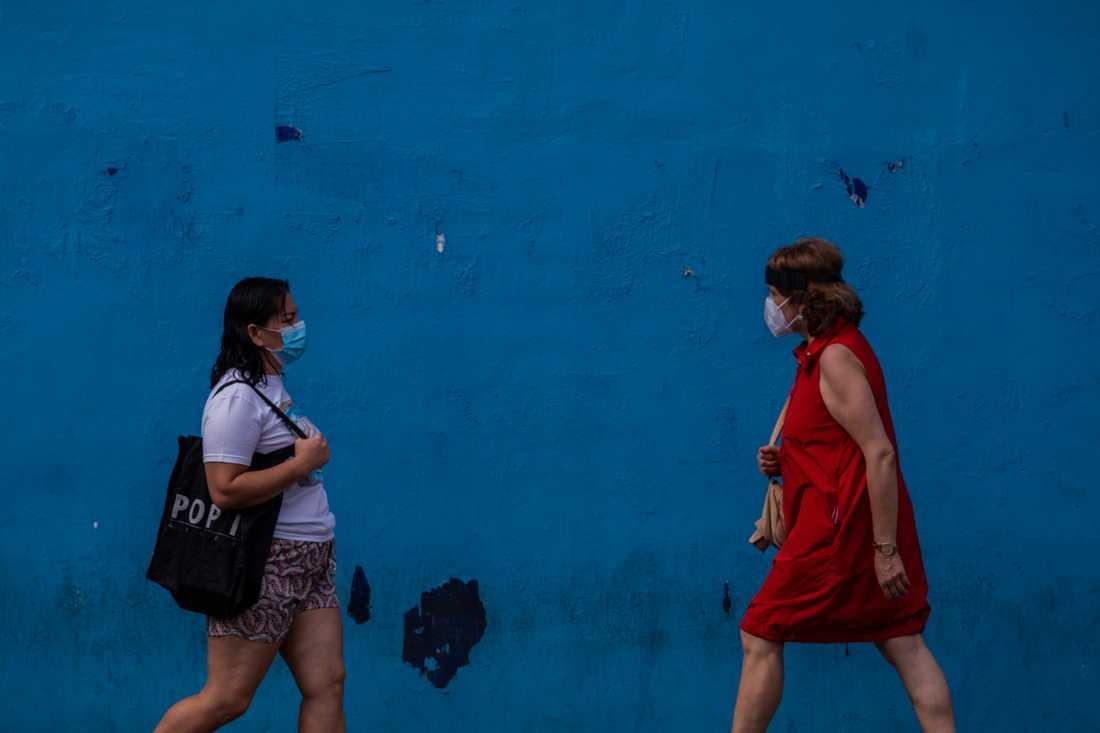 Två kvinnor i munskydd i Madrid.
