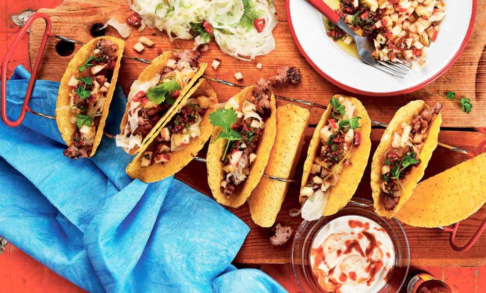 Pork sausage-tacos med äppelsalsa och chiliyoghurt