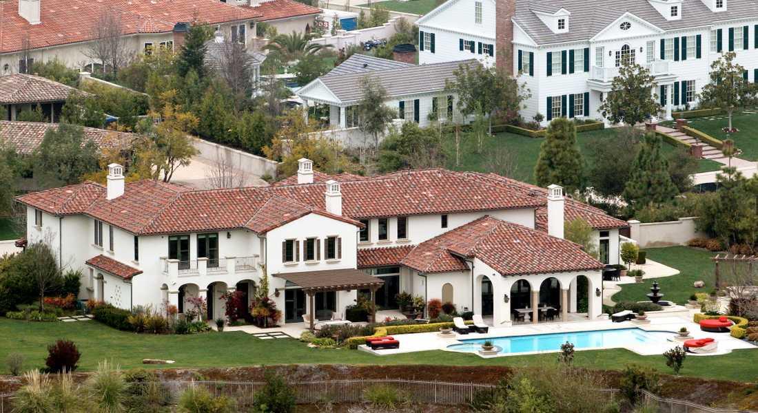 Justin Bieber planerar att köpa en lyxvilla värd motsvarande omkring 40 miljoner kronor i Calabasas, Kalifornien.