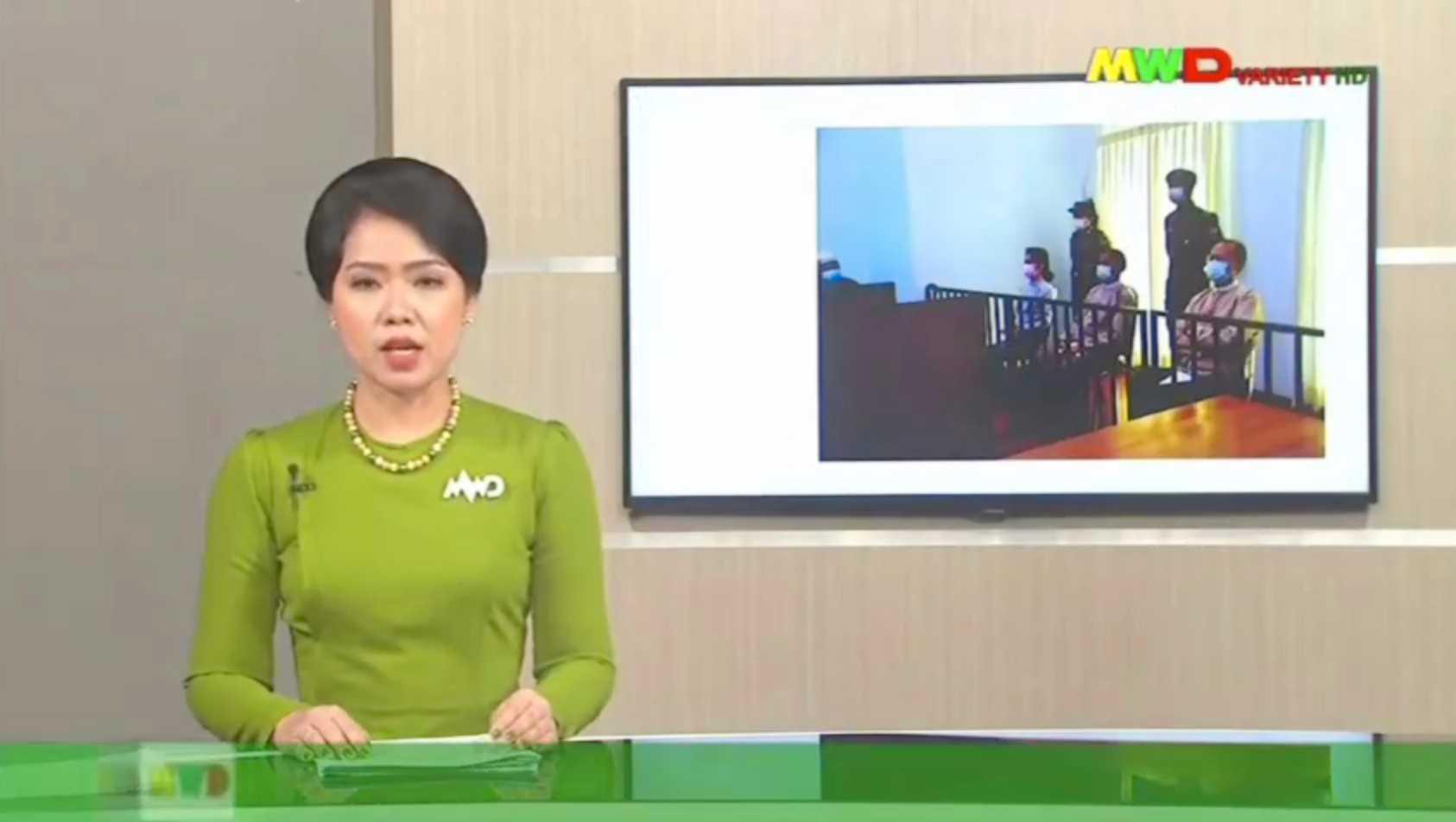 Statskontrollerade tv-kanalen Myawaddy TV rapporterar om rättsprocessen mot den avsatta ledaren. Arkivbild.