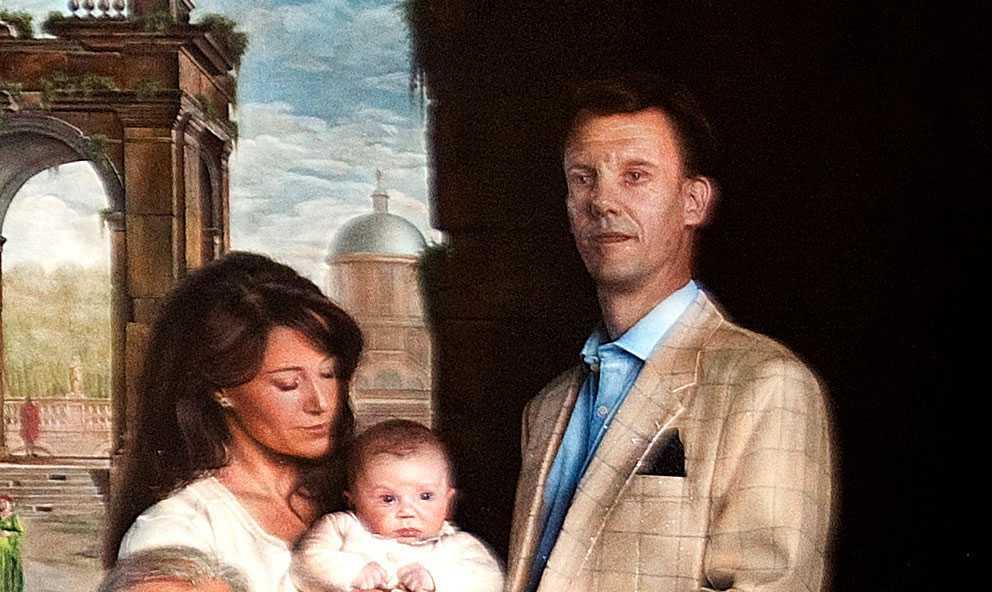 Prins Joachim och hans fru Marie står lite utanför staden som symbol för att de lever på landet i Schackenborg.