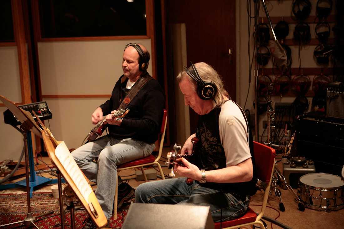 """Lasse Wellander tillsammans med Rutger Gunnarsson under arbetet med musikbakgrunder till """"Mamma Mia"""" 2007."""