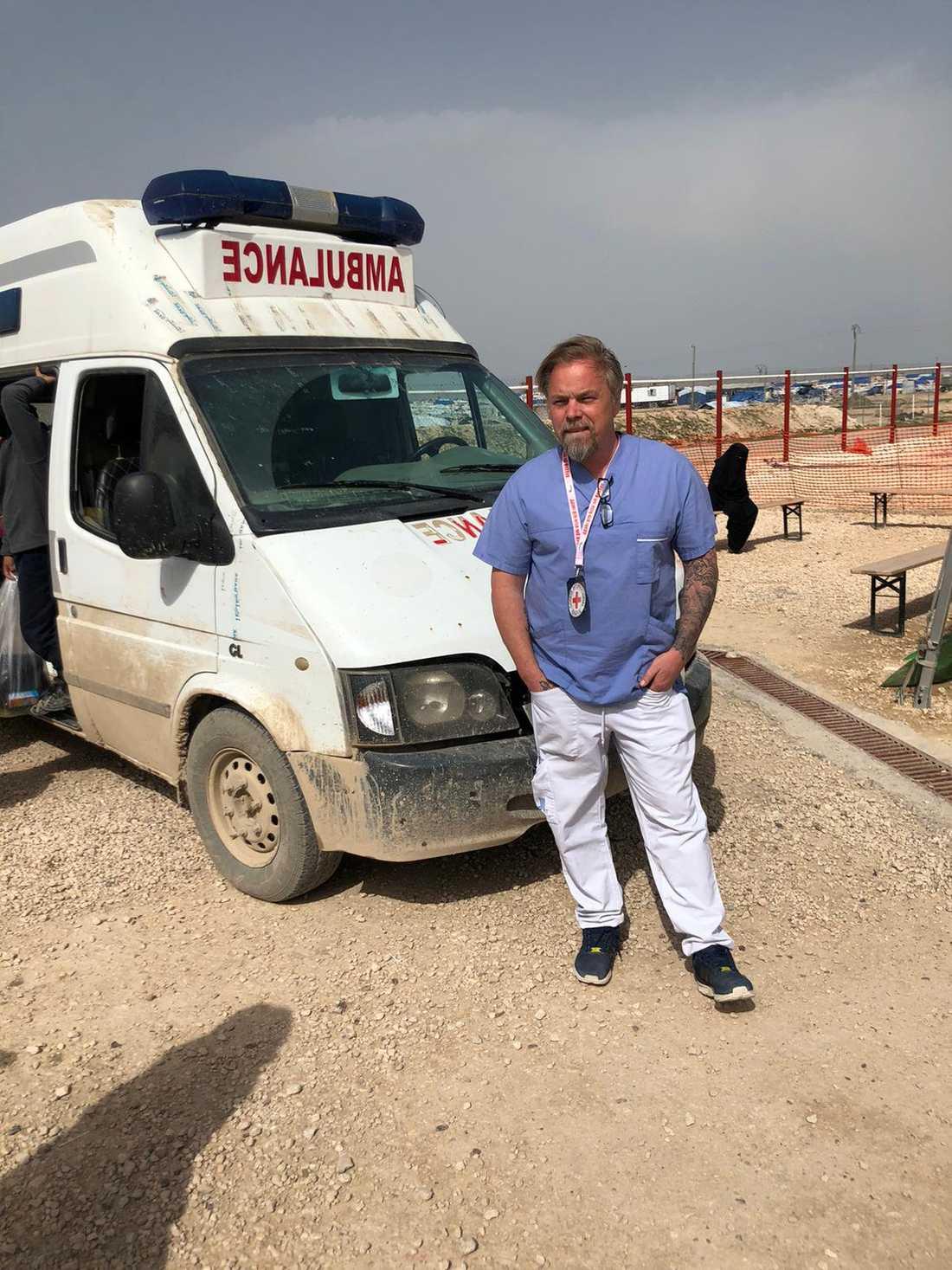 """Fredrik Runsköld jobbar som sjuksköterska på ett fältsjukhus precis utanför lägret al-Hol i norra Syrien. """"När coronaviruset väl sprids i lägret kommer det att ske okontrollerat och explosionsartat"""" säger han."""