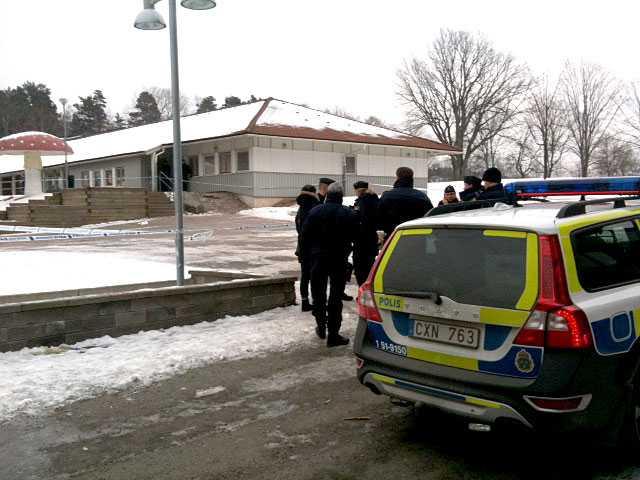 En 10-årig flicka knivskars i halsen vid Bergsgårdsskolan i Hjällbo på måndagsförmiddagen.