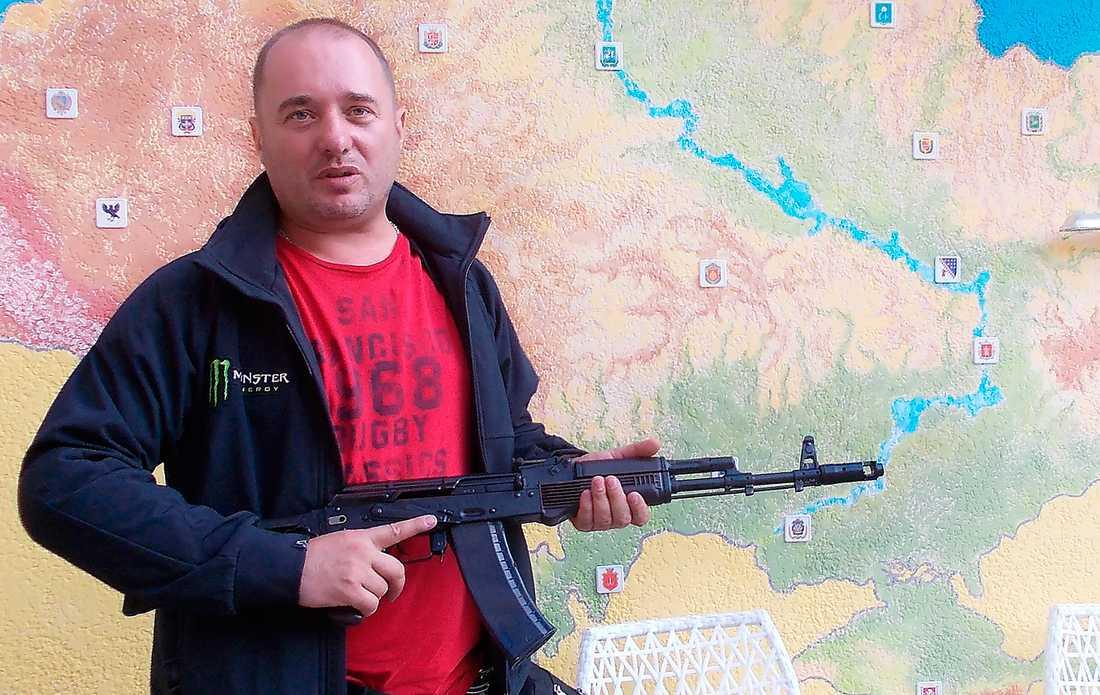 """milisledaren Mark Gordienko i paramilitära Medborgerliga självförsvarsrådet jagar oppositionella i Odessa. """"Om de vill prata politik kan de få göra det med sina toalettstolar. Men om de kommer ut på gatorna så kommer vi att skjuta dem"""", säger han. Foto: Per Leander"""
