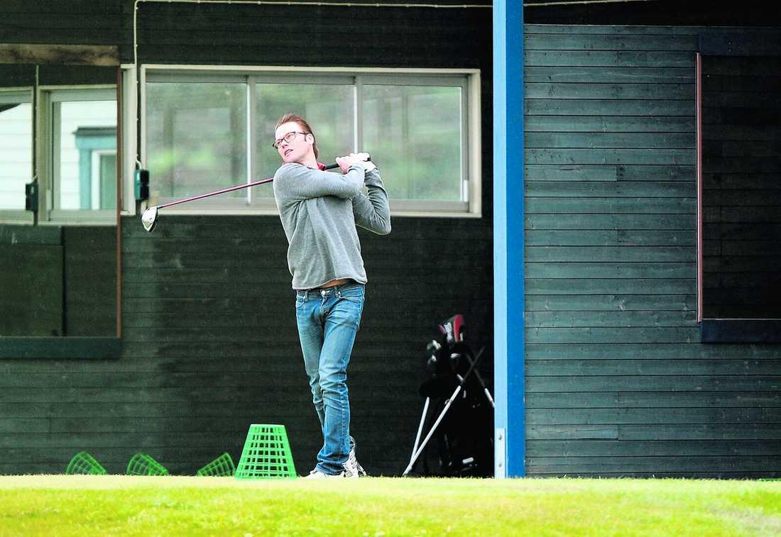 kopplar av Här är Daniel Westling tillbaka på golfbanan. I går kväll tog han en välbehövlig paus från bröllopsförberedelserna på Drottningholms golfbana.
