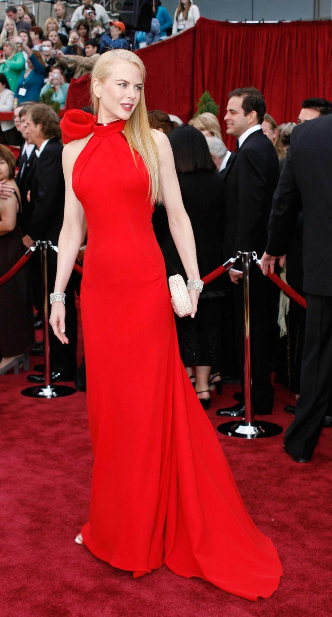 """Nicole Kidman 2007 """"BOOM! Snacka om att dra exakt alla blickar till sig. Inte nog med att klänningen var klarröd, den hade dessutom en enorm rosett knuten vid nacken. Klänningen såg tung ut, riktigt tung. Men ack så snygg. Balenciaga stod för designen och Emma Stone skulle sen kopiera looken 2011. En riktig vända-på-huvudet-klänning!"""""""