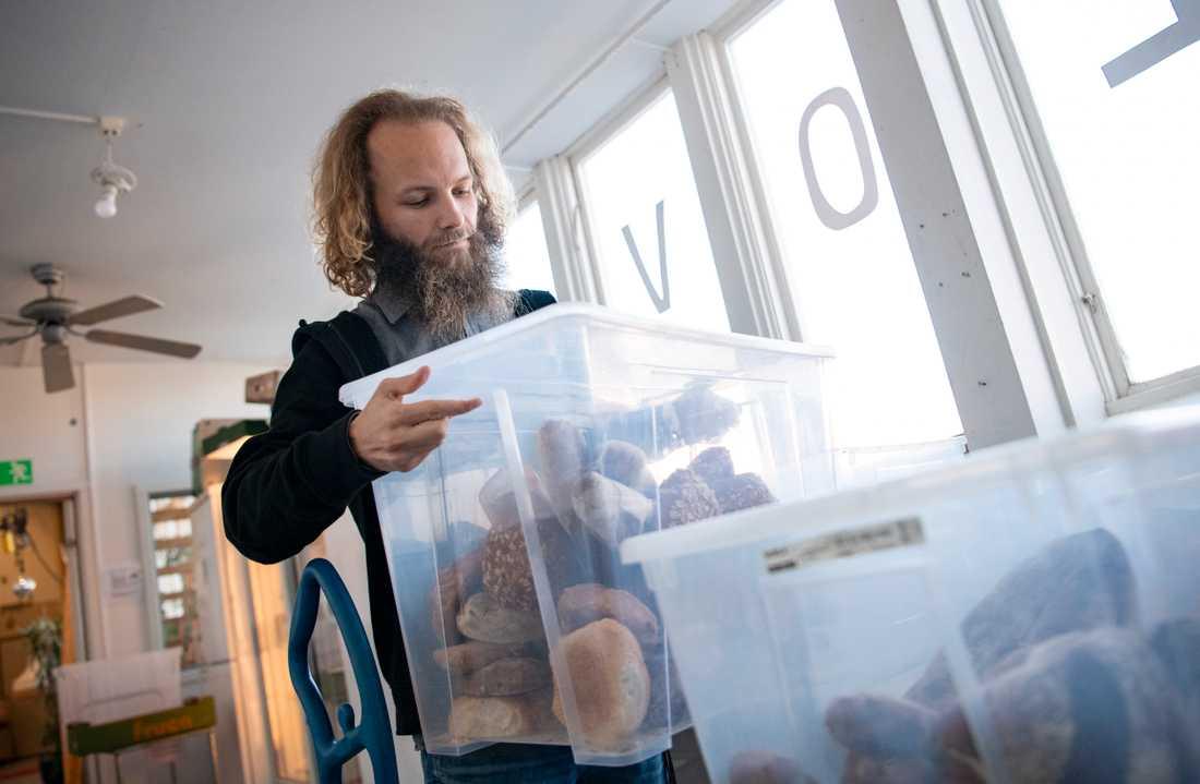 Kalle Palmgren, är en av volontärerna bakom en matbank på Kontrapunkt i Malmö, bär på gårdagens bröd som precis skänkts till organisationen.