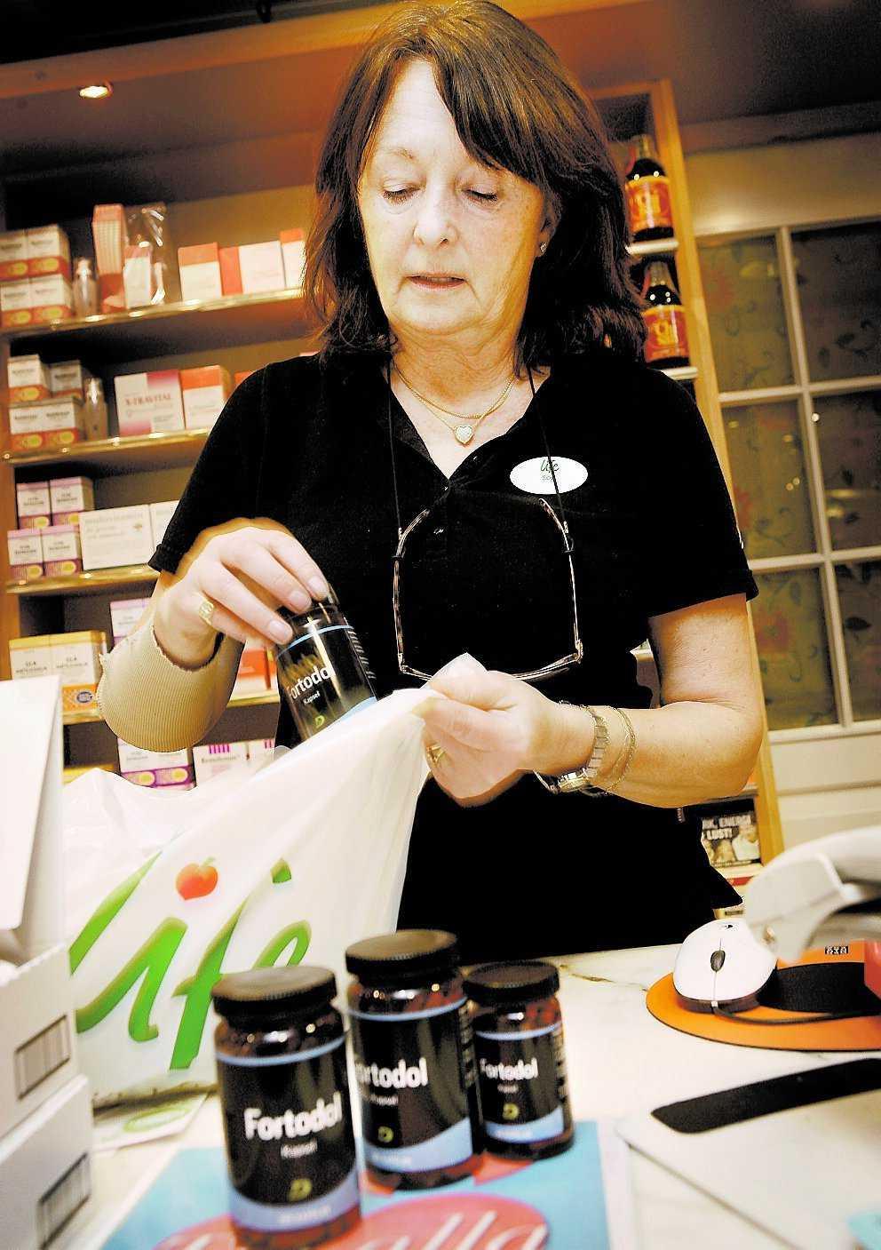 Sverigeleverantören Hela Pharma har valt att återkalla kosttillskottet Fortodol sedan Läkemedelsverket hittat en farlig substans i preparatet. Sybil Wede skickade tillbaka sina burkar i går.
