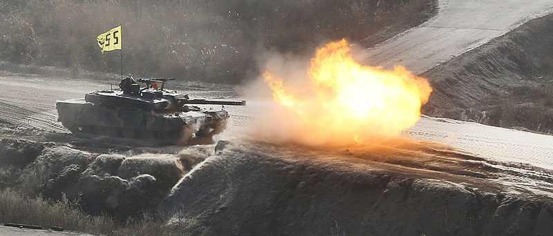 ELDKRAFT Sydkorea skjuter med skarpa skott under en militärövning.