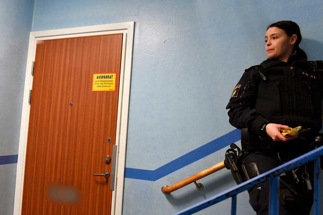 Polisen spärrade också av en lägenhet i området.