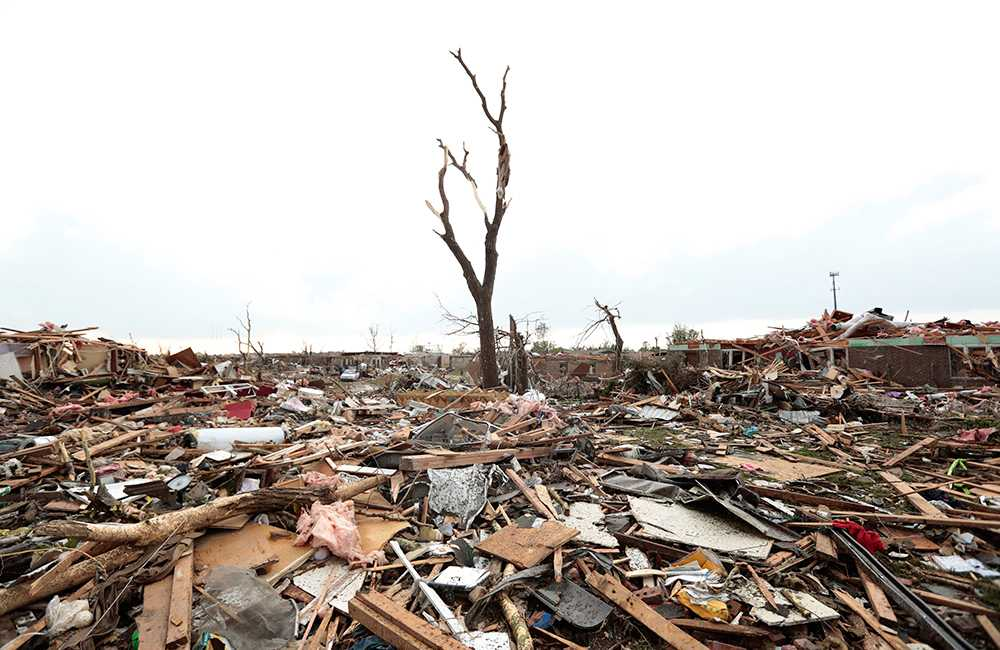 Tromben orsakade stor förödelse med vindstyrkor upp till 320 kilometer i timmen