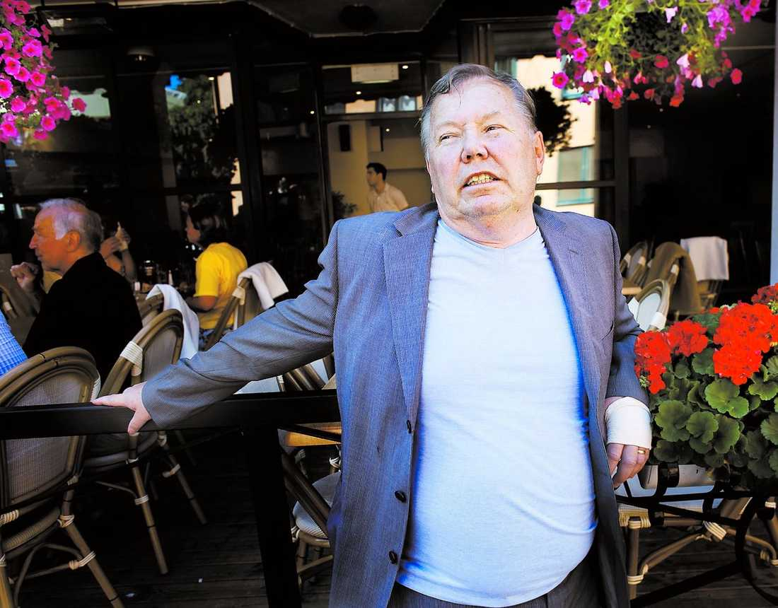 """Bert Karlsson är upprörd över att svensk mat är så näringsfattig. Därför tänker han börja tillverka egna korvar och pannkakor. """"Enligt mina uppgifter innehåller till exempel genomsnittskorven 25 procent kött när det borde röra sig om 85 procent"""", säger han."""
