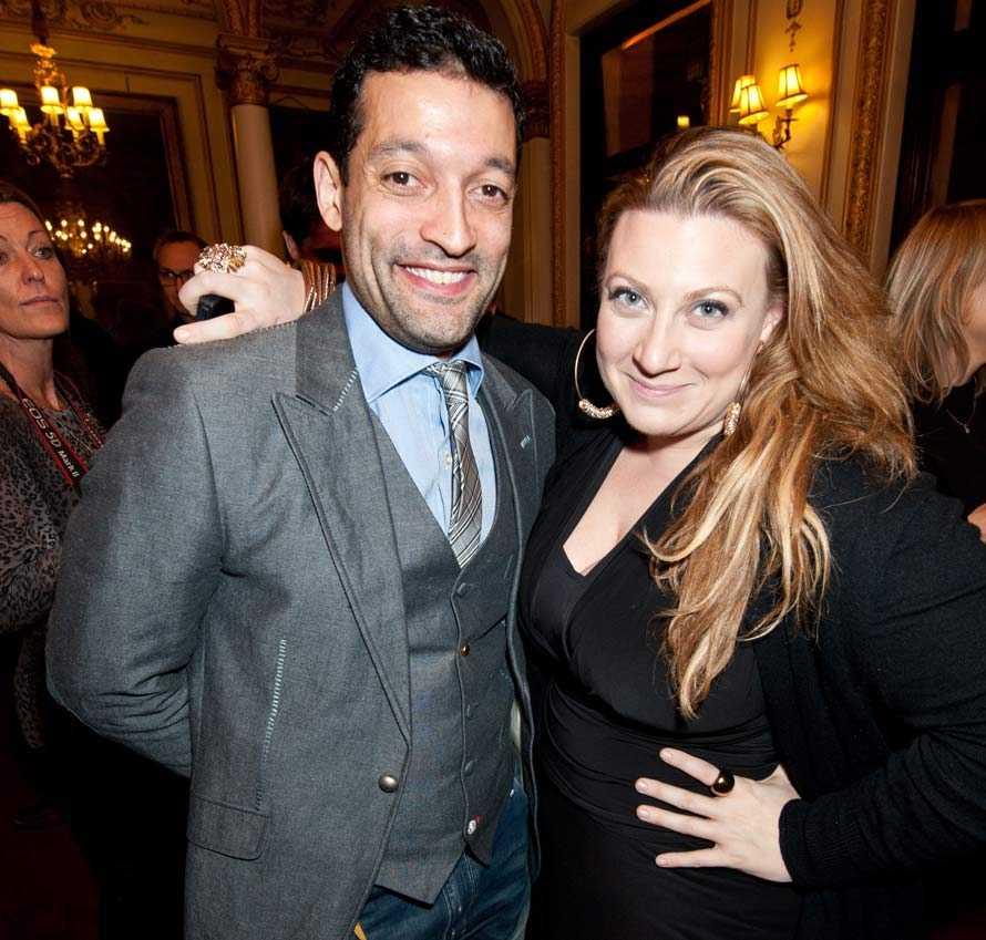 """Premiär på """"Fantomen på operan"""" på """"Her Majesty's theatre"""" i London. Rennie Mirro med sin syster Sarah Dawn Finer."""