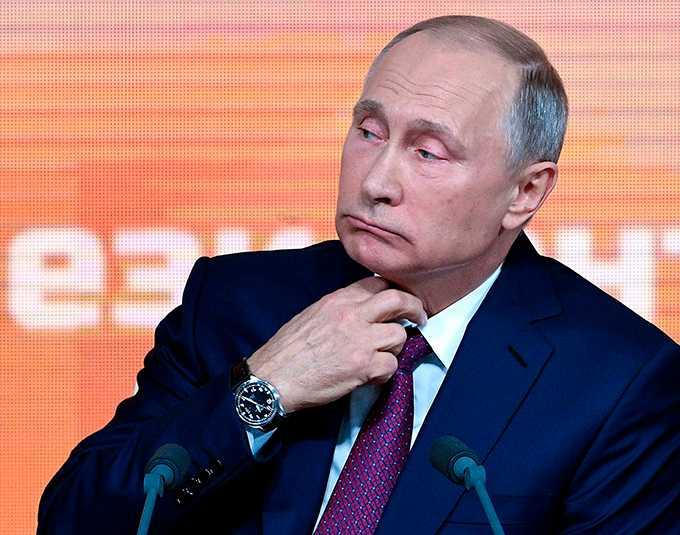 Allt pekar mot en säker seger för Vladimir Putin i presidentvalet nästa år. Men bakom Kremls kontrollerande fasad lurar hot från både vänstern och oligarkerna.