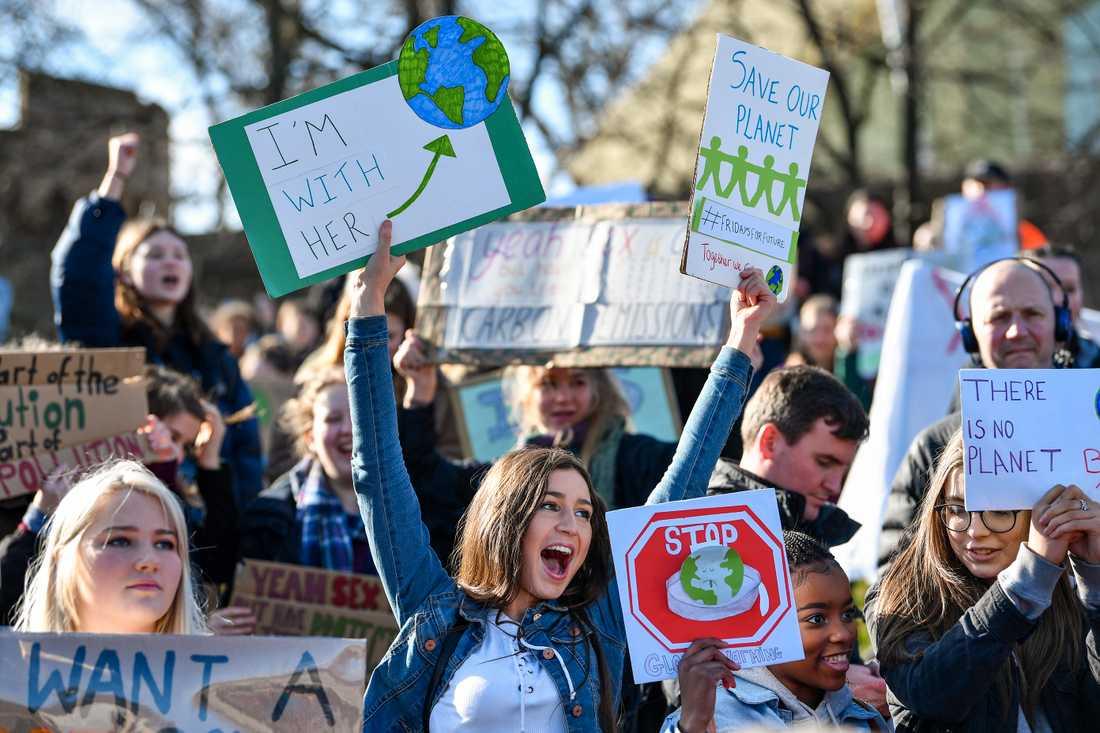 Hundratusentals skolungdomar över hela världen strejkade på fredagen för klimatet. Här i Edinburgh, Skottland.