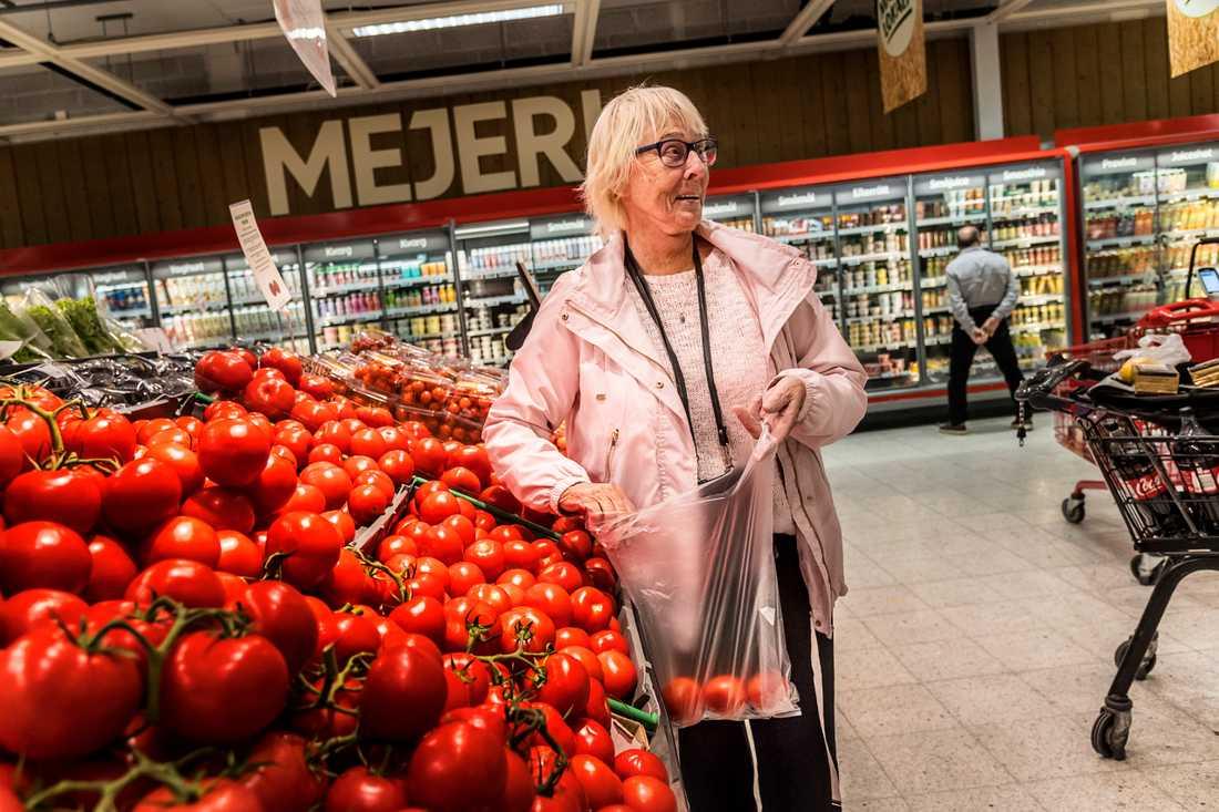 Är grönsakerna för dyra?– Ja, grönsaker är dyra. Jag går och handlar de dagar som det är extrapriser. Just i dag kostar isbergssalladen 10 kronor, den brukar kosta 40, säger Marianne Gelin, 79, pensionär, Stockholm.