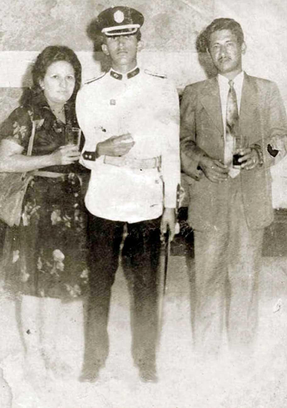 Chavez med sina föräldrar Elena Frias och Hugo de los Reyes Chavez när har tagit examen från militärakademin i Caracas 1975.