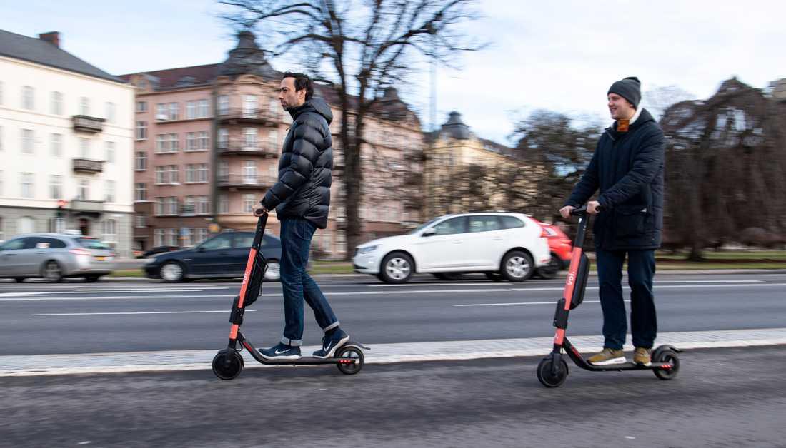 Elscooters utanför Malmö Opera i Malmö.