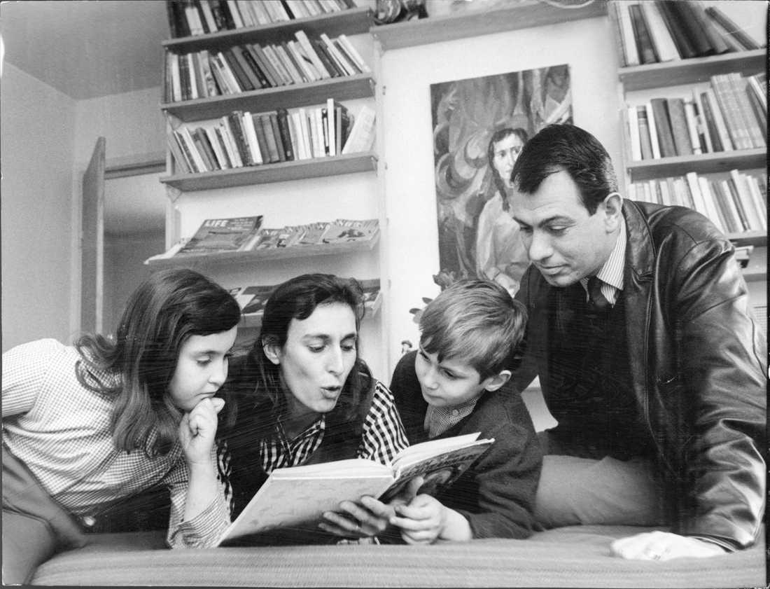 Katarina Taikon, tillsammans med maken Björn Langhammer och barnen, 1965.