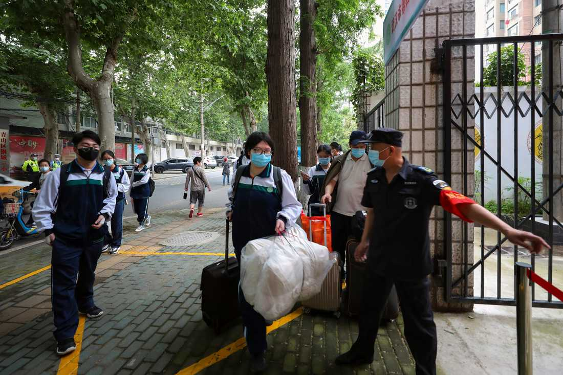 Elever återvänder till en skola i Wuhan iförda skyddsmasker den 6 maj.