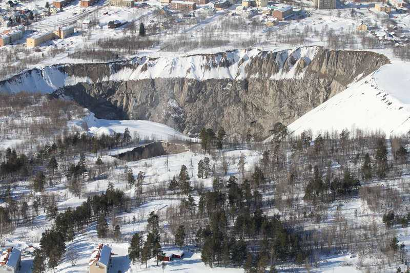 Jättegrop  30 år av malmbrytning i Fabianområdet i Malmberget gjorde att marken rasade in. Hålet är 60 meter brett och 200 meter djupt.